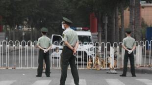 La policía paramilitar monta guardia a la entrada del cerrado mercado Xinfadi de Pekín el 13 de junio de 2020