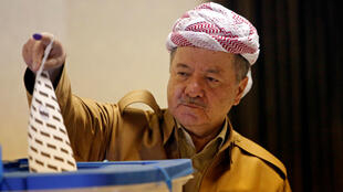 El expresidente de la región del Kurdistán iraquí, Masoud Barzani, emite su voto durante las elecciones parlamentarias en la región autónoma, en las afueras de Erbil, Irak, el 30 de septiembre de 2018.