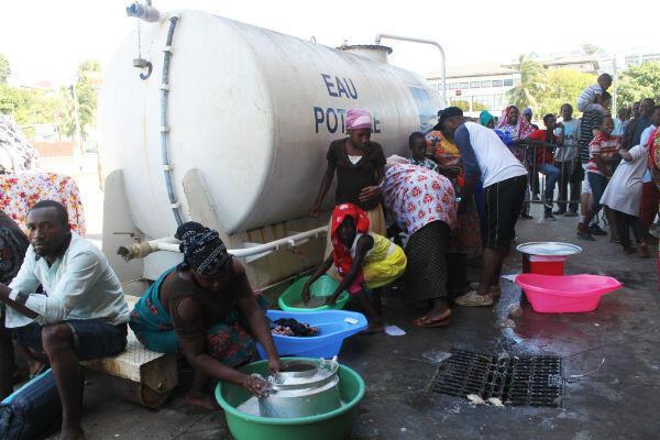 Des clandestins chassés de chez eux lavent leur linge dans le camp de Mamoudzou, à Mayotte.