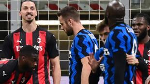 المهاجمان السويدي زلاتان ابراهيموفيتش (يسار) والبلجيكي روميلو لوكاكو (يمين) خلال المشادة التي حصلت بينهما في مباراة فريقيهما ميلان وجاره إنتر في كأس ايطاليا لكرة القدم، ميلانو في 26 كانون الثاني/يناير 2021