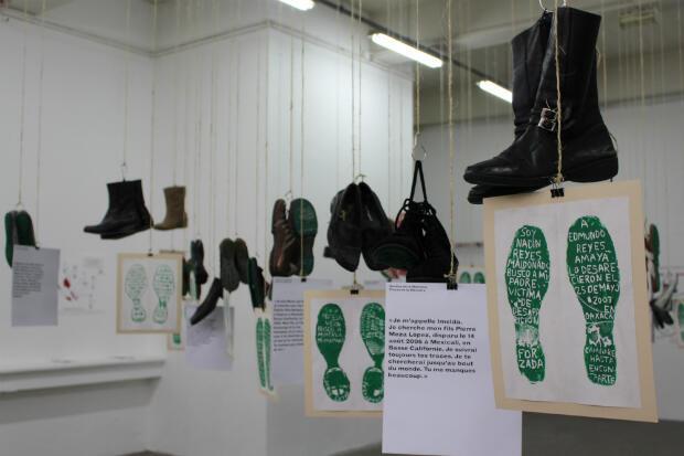 Chacune des paires de chaussures est porteuse de l'histoire de son propriétaire recherchant un être cher disparu.