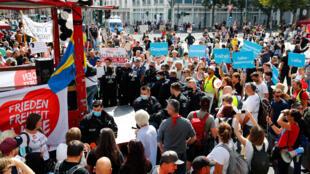 La police a interrompu une manifestation d'opposants au port du masque et aux mesures de restrictions contre la pandémie de Covid-19, faute de respect des gestes barrière, le 29 août 2020 à Berlin.