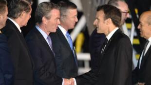Emmanuel Macron à son arrivée à Sydney accueilli par le ministre australien de la Défense Christopher Pyne.