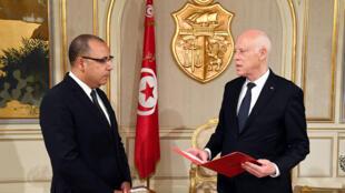 صورة وزعتها الرئاسة التونسية تظهر الرئيس التونسي قيس سعيّد يعين هشام مشيشي رئيسا للوزراء في قصر قرطاج قرب العاصمة تونس، 25 تموز/يوليو 2020.
