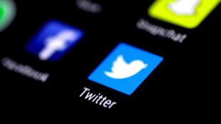 La aplicación de Twitter en un teléfono celular. Archivo.