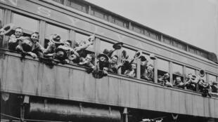 Des soldats américains se rendant au port de New York pour embarquer vers la France, en juin 1917.
