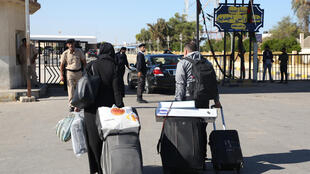 مسافرون يعبرون باتجاه تونس عبر معبر راس جدير الحدودي، 1 تشرين الثاني/نوفمبر 2020