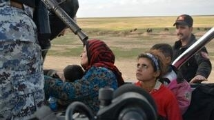 الجيش العراقي ينقل عائلة عراقية نزحت من الحويجة إلى مكان آمن في محافظة صلاح الدين