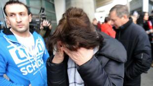 Les familles des victimes russes du crash de l'avion de Kolavia à l'aéroport de Pulkovo à Saint-Petersbourg en Russie, le 31 octobre 2015.