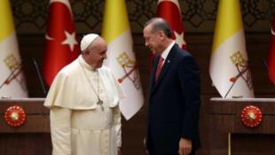 البابا فرنسيس رفقة الرئيس التركي رجب طيب أردوغان