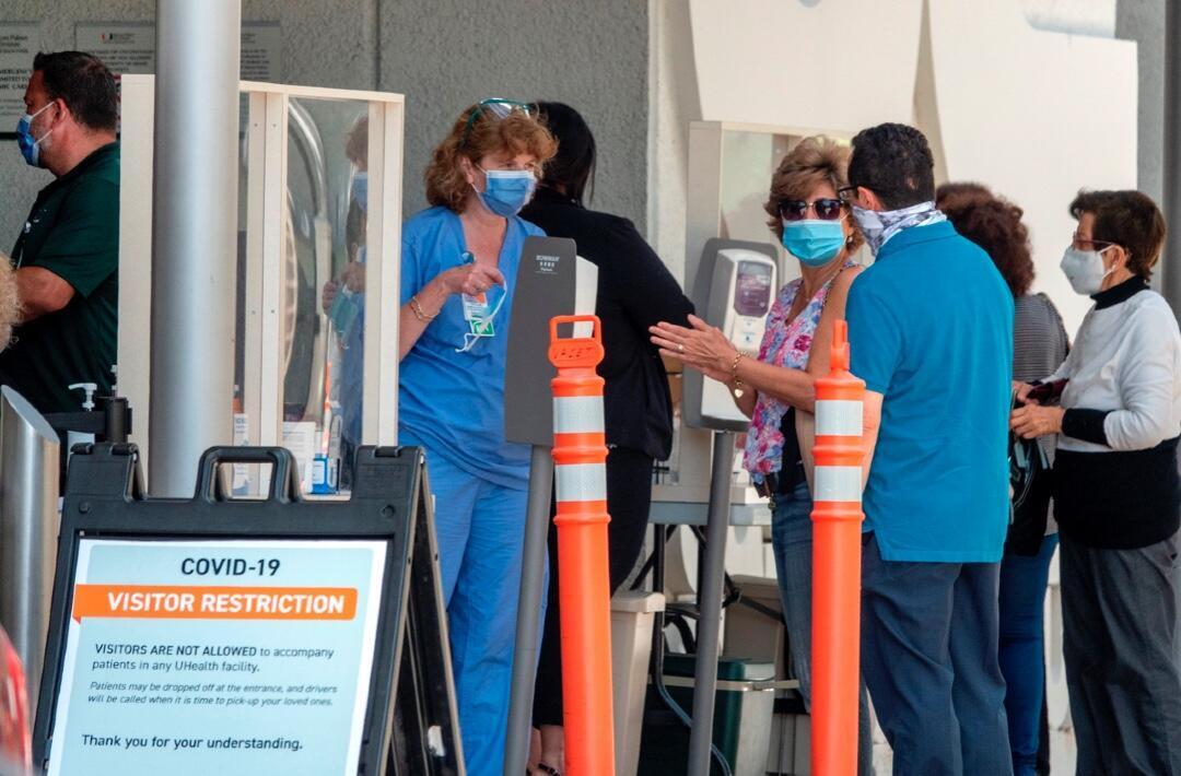 Un grupo de personas ante el Hospital Jackson Memorial en Miami, Florida, Estados Unidos, el 22 de junio de 2020.