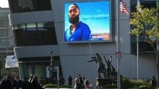 Des fans attendent devant le Staples Center de Los Angeles, où est organisée la cérémonie à la mémoire du rappeur Nipsey Hussle, né Ermias Asghedom, tué par balles le 31 mars