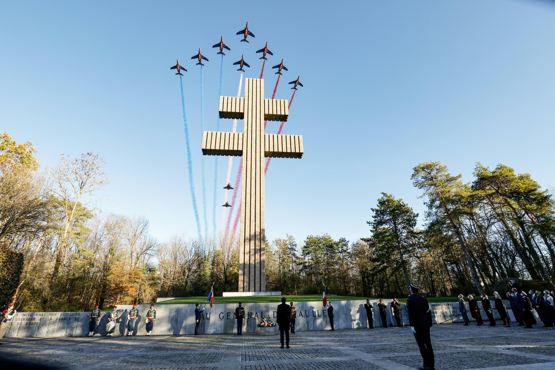 La patrouille de France survole le mémorial Charles de Gaulle à Colombey-les-deux-Eglises (Haute-Marne), le 9 novembre 2020