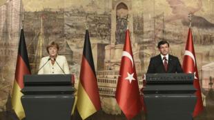 La chancelière allemande Angela Merkel et le Premier ministre turc Ahmet Davutoglu, à Istanbul le 18 octobre 2015.