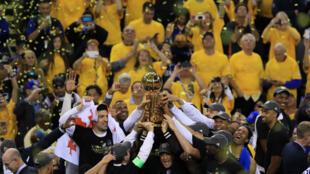 Les Golden State célèbrent leur victoire, lundi 13 juin à Oakland.