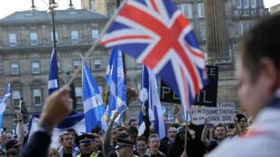 """Les supporters du """"oui"""" et du """"non"""" se font face à Glasgow, le 17 septembre 2014"""