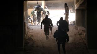 Des combattants rebelles du groupe Jaich al-Fateh prennent position près de la ligne de front du sud de la ville, le 3 novembre.