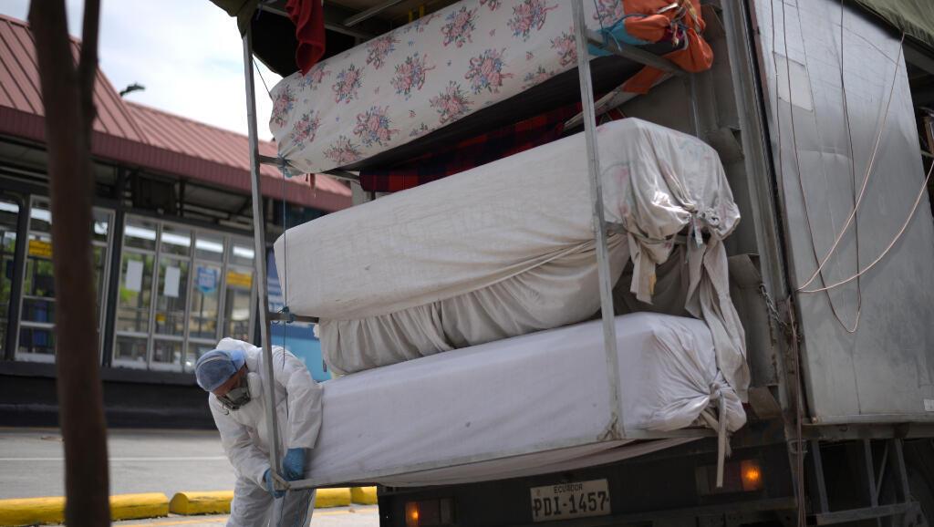 Las autoridades nacionales de Ecuador enviaron ataúdes el 8 de abril de 2020 desde la capital, Quito, hasta Guayaquil ante la falta de estos por la pandemia del Covid-19.