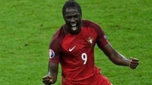 اللاعب إيدير بعد تسجيله هدف الفوز ضد فرنسا بنهائي كأس الأمم الأوروبية