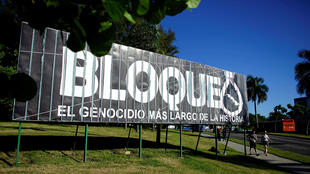 """Una vista de una cartelera que dice en español: """"Bloqueo, el genocidio más largo de la historia"""", en La Habana, Cuba, 1 de noviembre de 2018."""