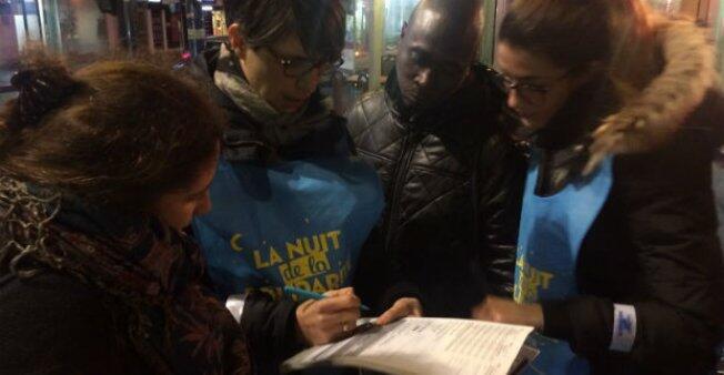 """""""جولة"""" المتطوعين في الدائرة العشرين بباريس في إطار """"ليلة التضامن"""". عدسة : غيوم غوغين / فرانس 24"""