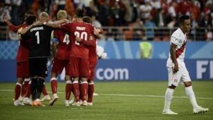 لقطة حية من مباراة بيرو أمام الدانمارك
