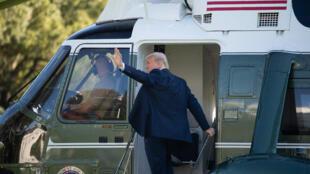 """صورة من الارشيف للرئيس الأميركي المنتهية ولايته دونالد ترامب خلال صعوده الى متن المروحية الرئاسية """"مارين وان""""."""