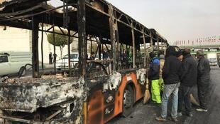 Un bus calciné des forces de sécurité irakiennes après des affrontements avec des manifestants à Nassiriya, en Irak, le 29 novembre 2019.