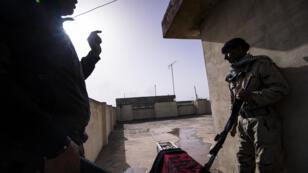 Deux soldats qui combattent l'État islamique, le 10 janvier 2017, à Mossoul.