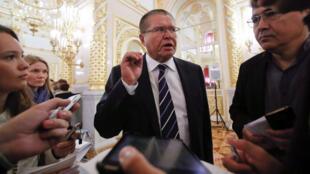 Alexeï Oulioukaïev au Kremlin avec des journalistes le 18 septembre 2014.