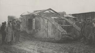 Un tank anglais, près de la ferme de Bronfay, au nord-ouest de la ville de Suzanne, dans la Somme, en septembre 1916.