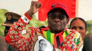 El presidente de Zimbabue, Robert Mugabe, hace un gesto en un mitin electoral en la pequeña ciudad de Shamva al noreste de la capital, Harare, el 29 de mayo de 2008.