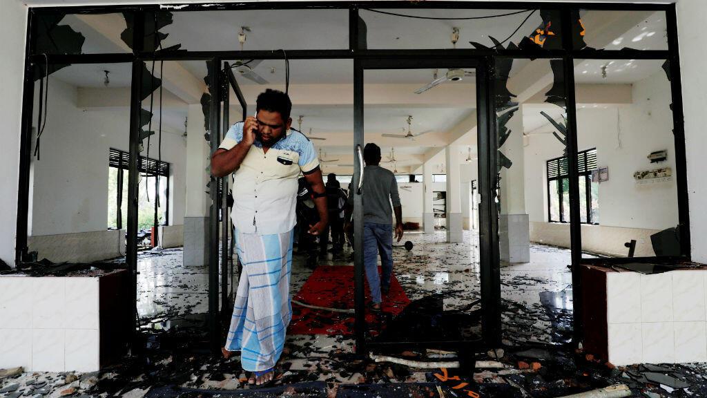 Un hombre musulmán reacciona ante un ataque dentro de la mezquita Abbraar Masjid, en Sri Lanka.13 de mayo de 2019.