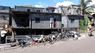 Des poubelles sont brûlées dans une rue de Mayotte, samedi 24 mars 2018, à Majicavo.