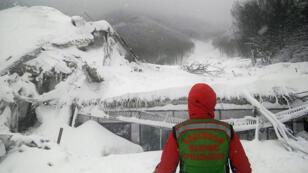 Un sauveteur devant l'hôtel Rigopiano enseveli sous une avalanche à Farindola en Italie, le 19 janvier 2017.