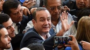 Le conservateur Alejandro Giammattei saluant la foule après avoir voté, à Guatemala, le 11août2019.