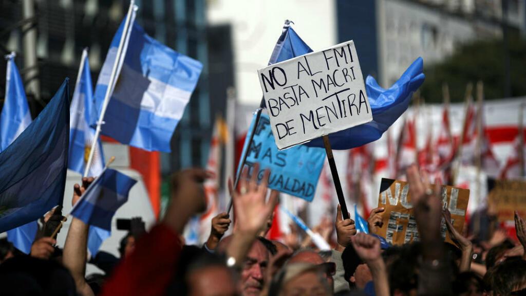 Archivo: con banderas y pancartas, cientos de argentinos rechazaron las negociaciones del Gobierno con el Fondo Monetario Internacional (FMI). Buenos Aires, Argentina, el 25 de mayo de 2018.