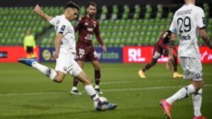 Le défenseur turc Zeki Celik fait le break pour Lille vainqueur à Metz, le 9 avril 2021