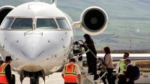 ركاب يستقلون طائرة تابعة للخطوط العراقية في مطار السليمانية في 20 آذار/مارس