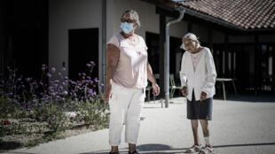 Une patiente atteinte d'Alzheimer (d) et une bénévole, le 9 septembre 2020 à Dax, dans le sud-ouest de la France