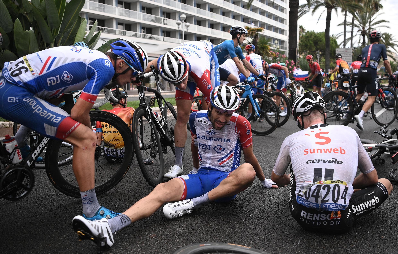 Thibaut Pinot (Groupama-FDJ) sufrío una dura caída en la primera etapa del Tour en Niza. Los dolores de este accidente lo impidieron seguir a los mejores en la montaña.