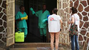 Varios integrantes de la ONG Médicos Sin Fronteras fueron desplegados durante el brote que afectó al país entre abril y julio del presente año.