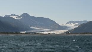 بحيرة في ولاية ألاسكا الأمريكية