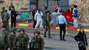 جنود إسرائيليون يفتشون مكان هجوم مسلح في الضفة الغربية المحتلة في 13 كانون الأول/ديسمبر 2018.