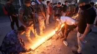 إضاءة الشموع تكريما لذكرى الذين سقطوا في حركة الاحتجاجات في البصرة، الخميس في 6 أيلول/ستمبر 2018