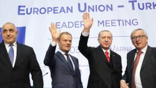 El primer ministro bulgaro Boyko Borissov, el presidente del Consejo europeo Donald Tusk, el presidente turco Tayyip Erdogan y el presidente de la Comisión europea Jean-Claude Juncker en la residencia Euxinograd, cerca de Varna, Bulgaria, el 26 de marzo de 2018.
