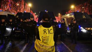 Les Gilets jaunes lancent, samedi 26 janvier, la première Nuit jaune, place de la République, à Paris.