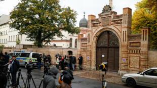 Des journalistes postés devant la synagogue de Halle, le 9octobre2019.