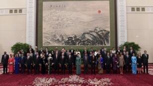 الرئيس الصيني شي جينبينغ يلتقط صورة جماعية مع القادة والمندوبين الذين حضروا منتدى طريق التعاون الدولي في قاعة الشعب الكبرى، بكين، 14 مايو/أيار 2017.