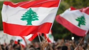 Los manifestantes ondean banderas libanesas durante una protesta en Beirut, Líbano, el 31 de octubre de 2019.